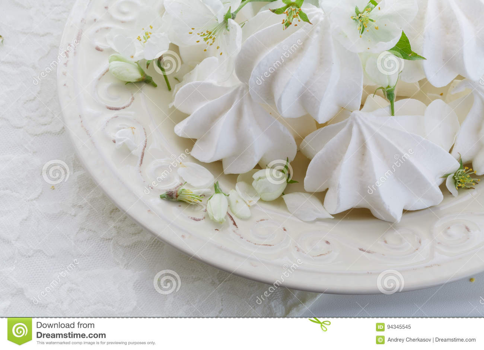 Placa da porcelana completamente da merengue branca macia Dentro close-up