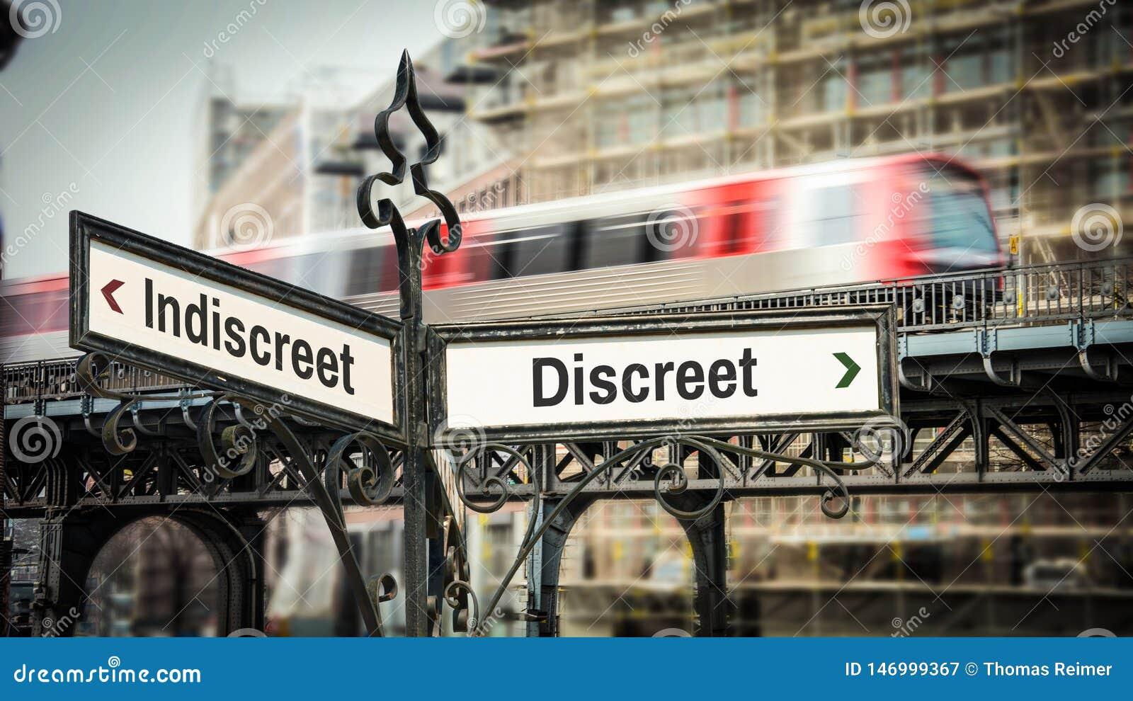Placa de calle discreta contra indiscreto