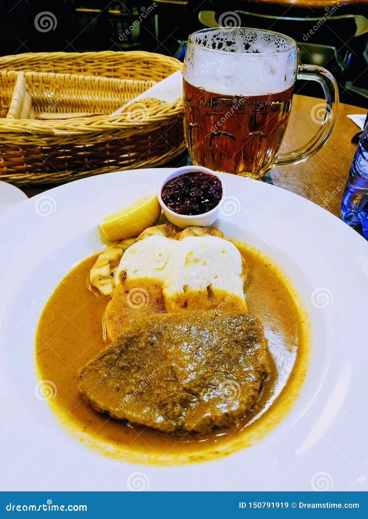 Placa de cena deliciosa del pan con carne en el restaurante checo