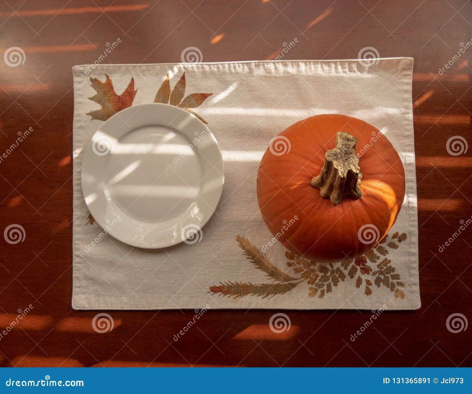 Placa de cerámica blanca y calabaza de la pequeña ronda