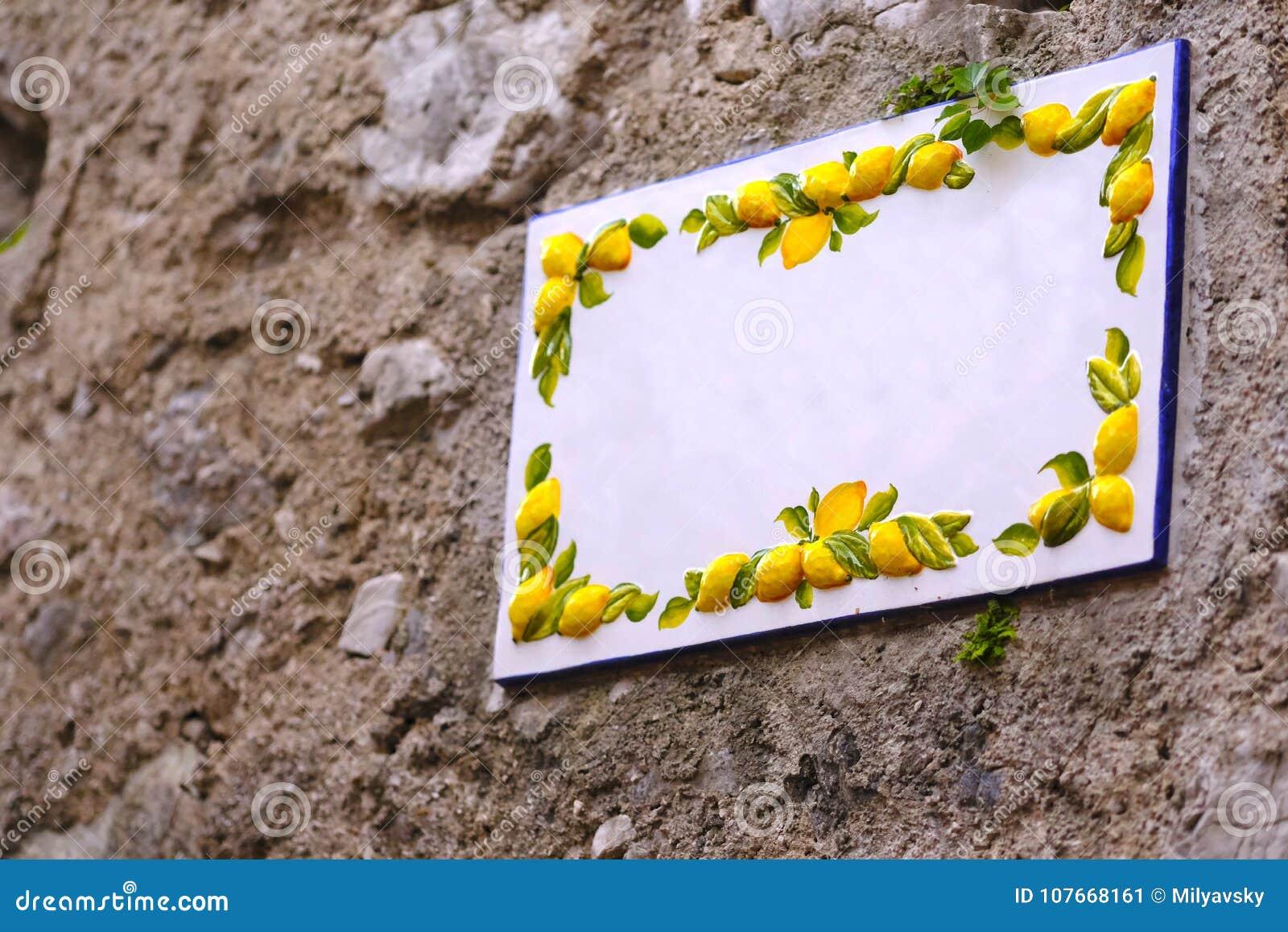 Placa de cerámica vacía, limones