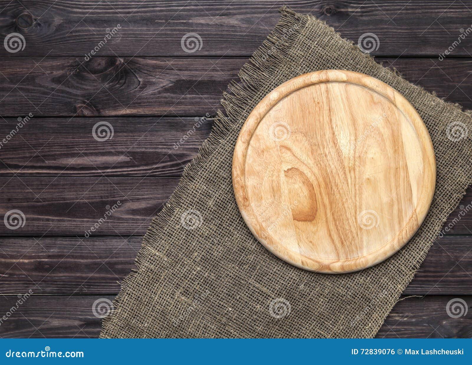 Placa de desbastamento na tabela de madeira, vista superior