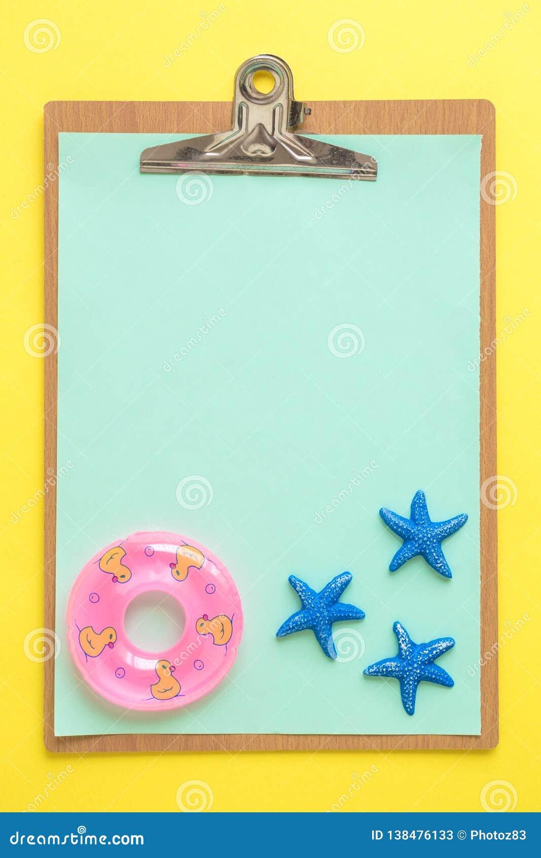 Placa de grampo com papel e as estrelas do mar vazios com sumário inflável do flutuador