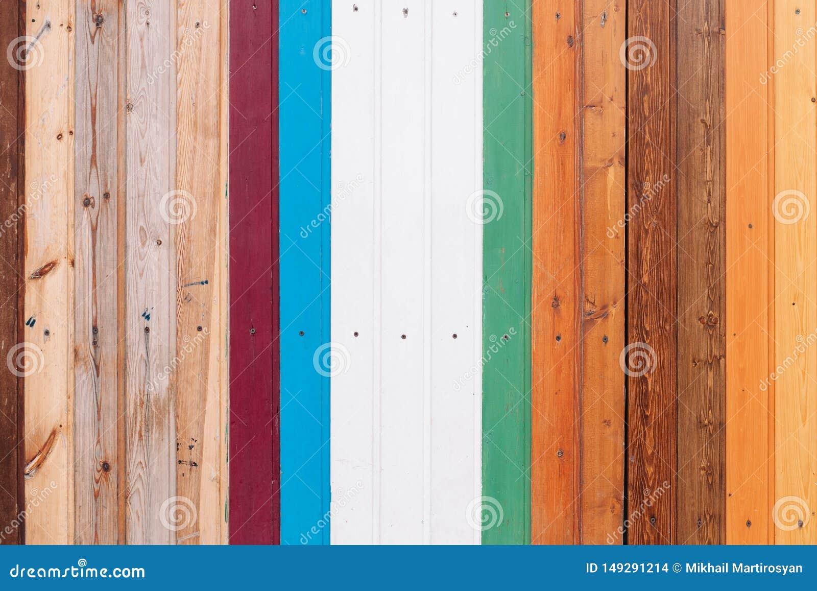 Placa de madeira colorida com fundo da textura dos parafusos