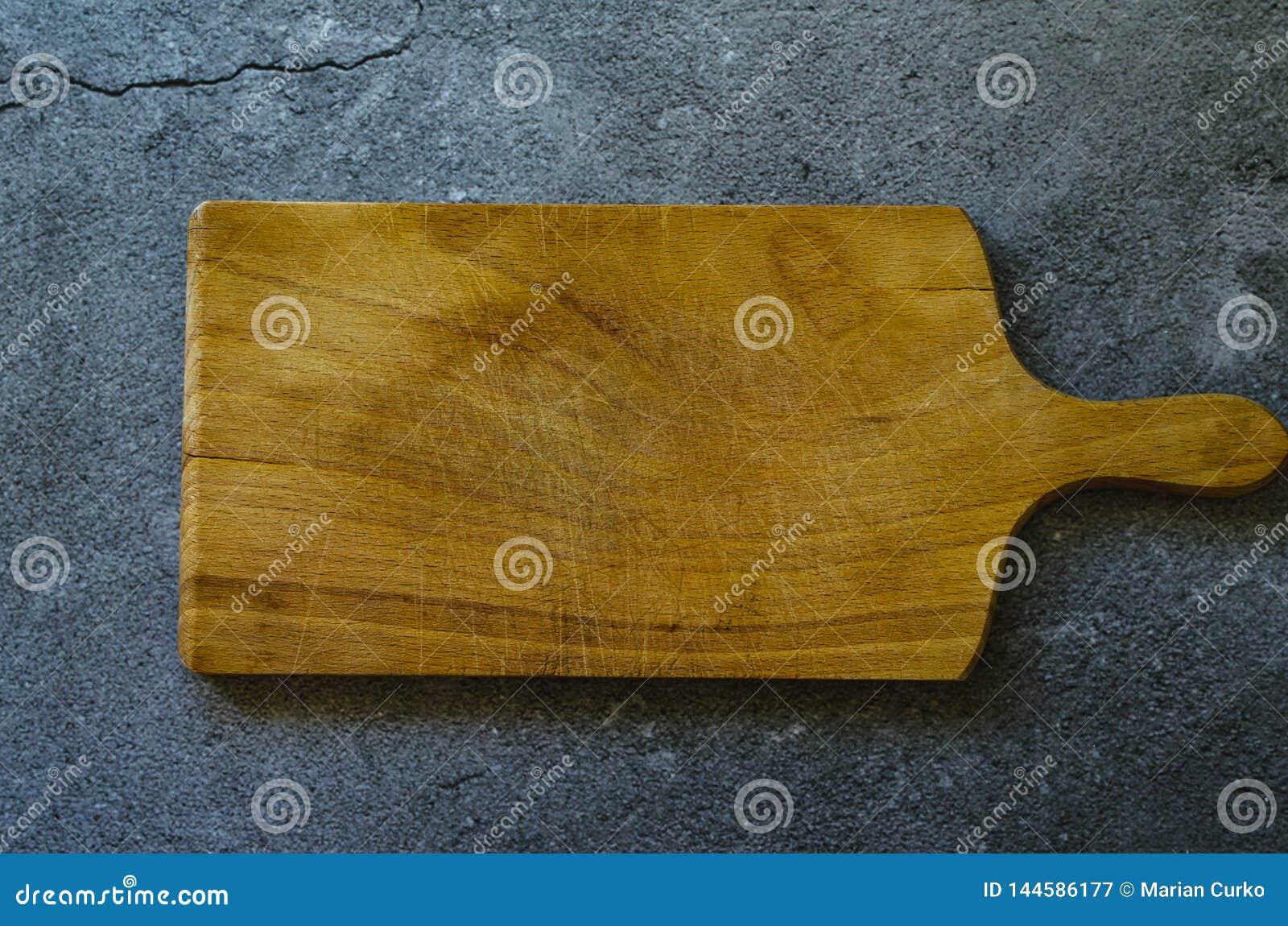 Placa de madeira rústica na superfície de mármore