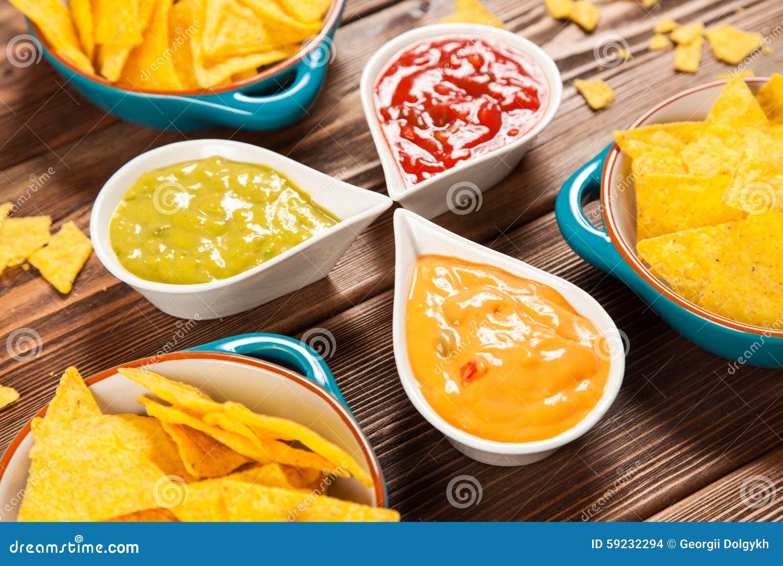 Placa de nachos con diversas inmersiones