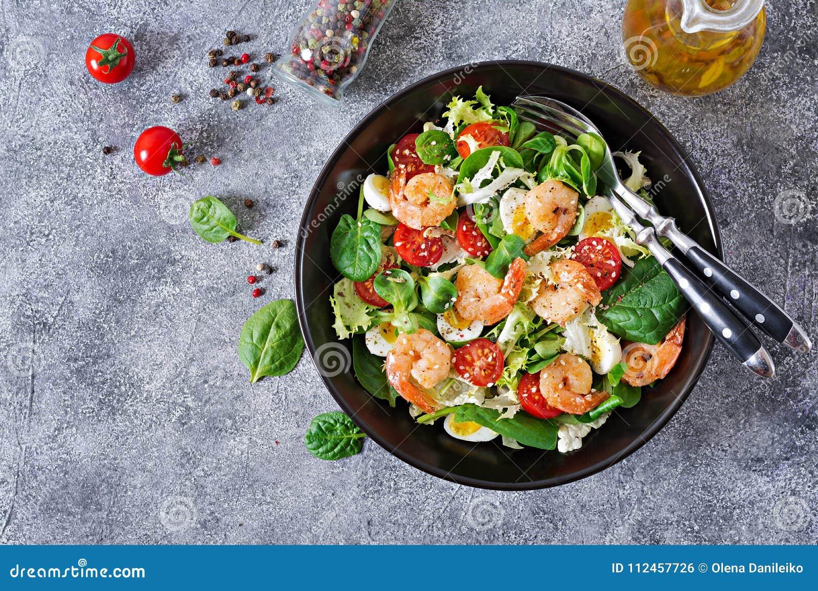 Placa de salada saudável Receita fresca do marisco Camarões grelhados e salada e ovo do legume fresco Camarões grelhados Alimento