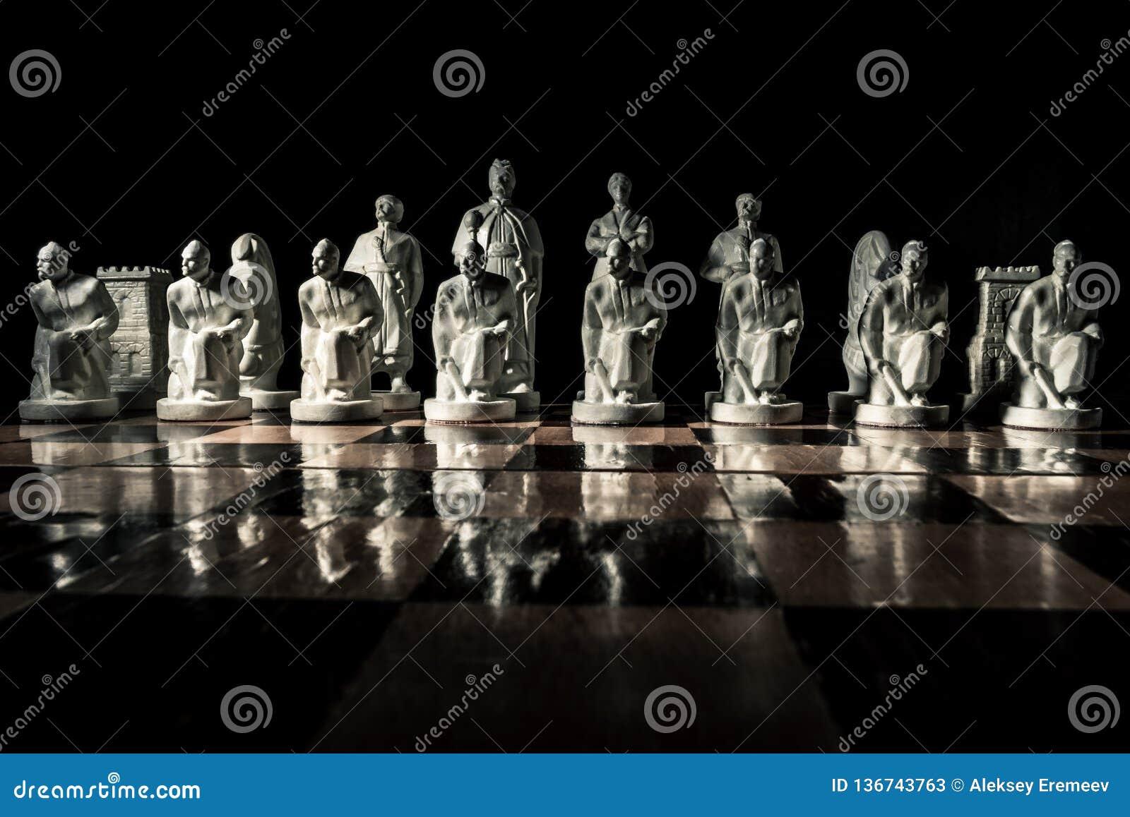 Placa de xadrez Xadrez feito a mão branca bonita em uma placa de madeira