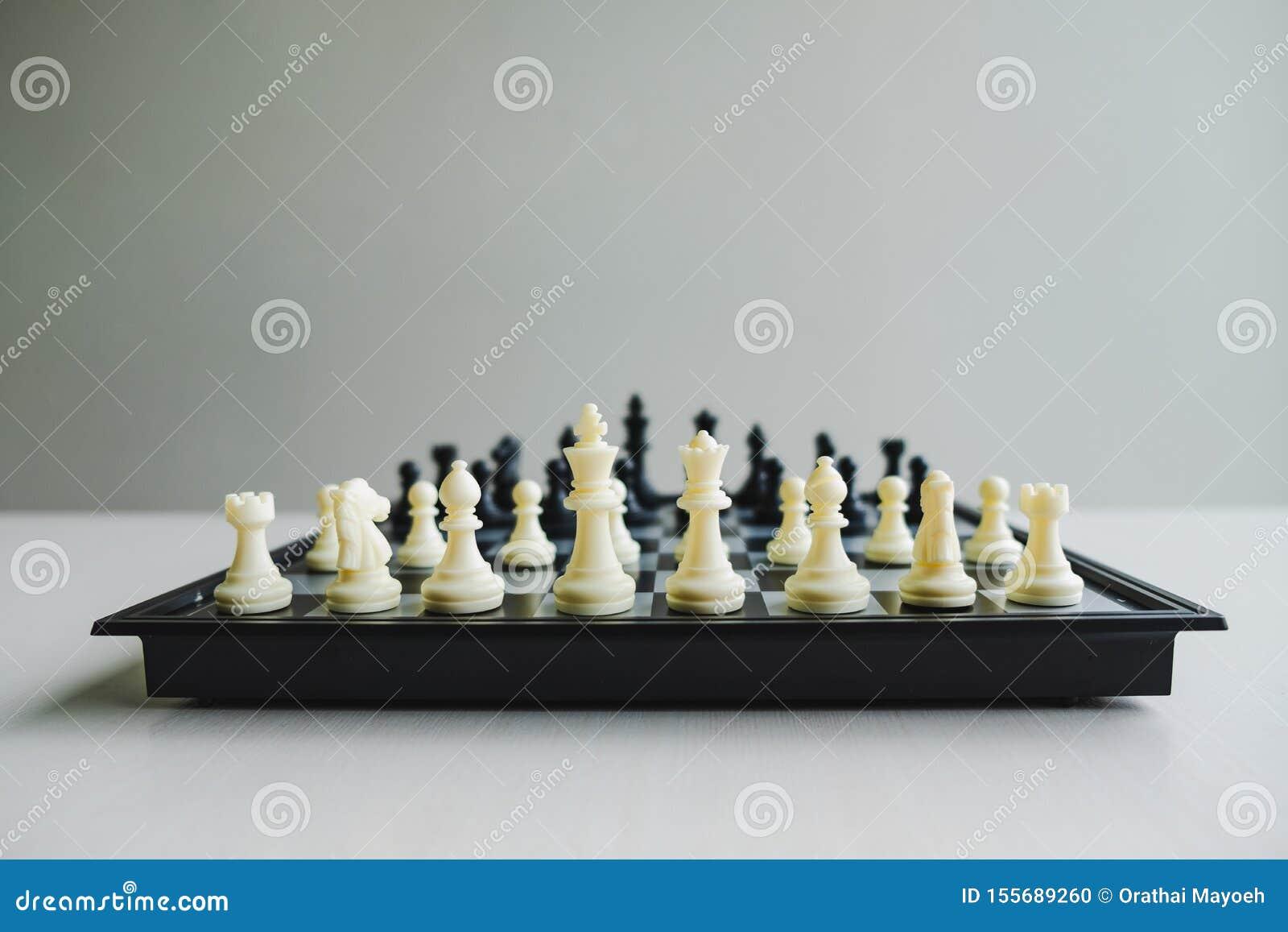 A placa de xadrez mostra a liderança, os seguidores e as estratégias do sucesso comercial