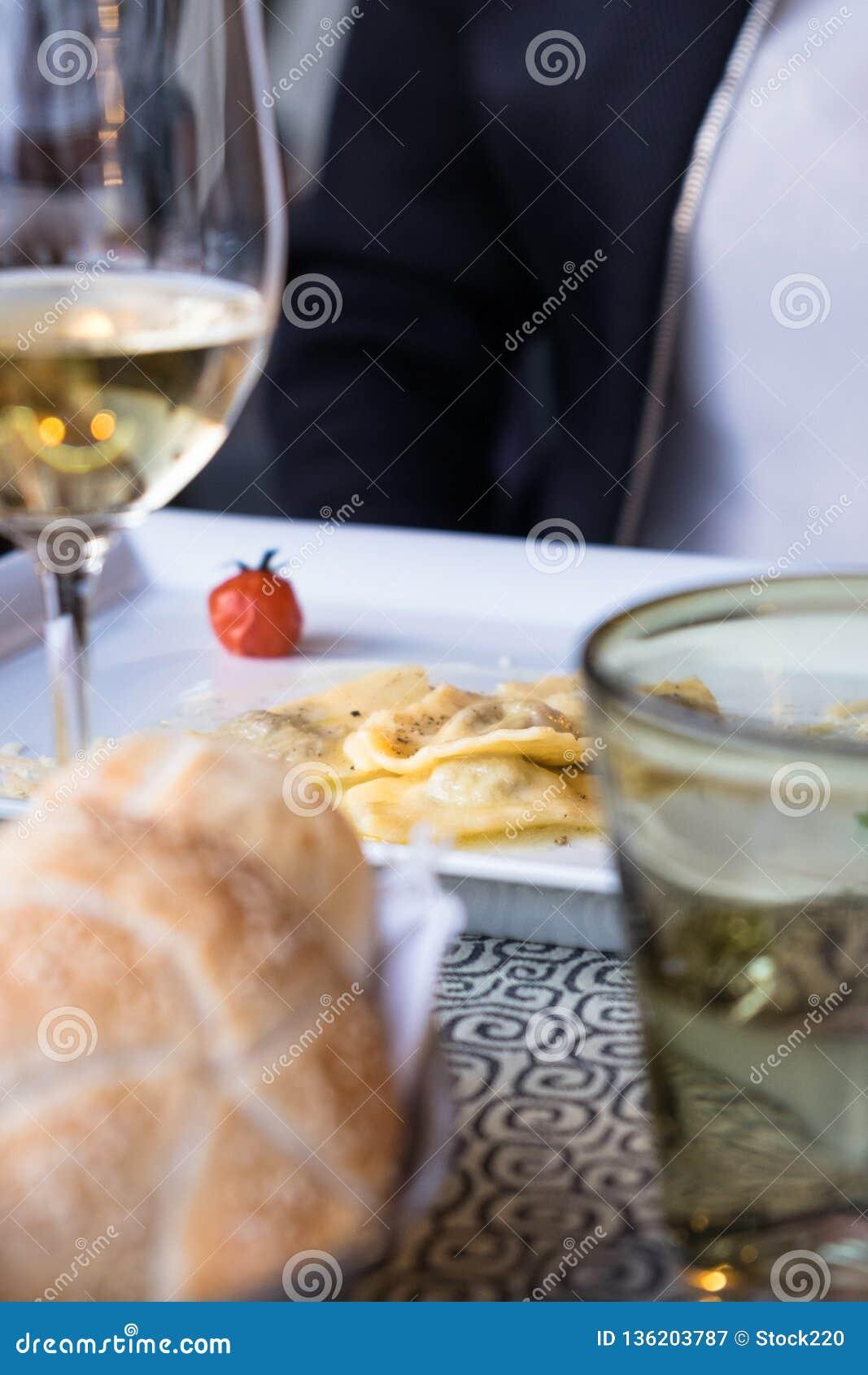 Placa do ravioli em um restaurante italiano