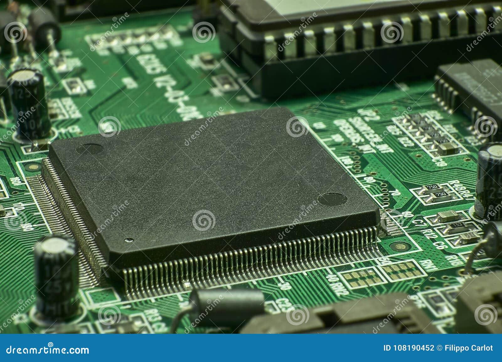 Placa eletrônica com componentes visíveis