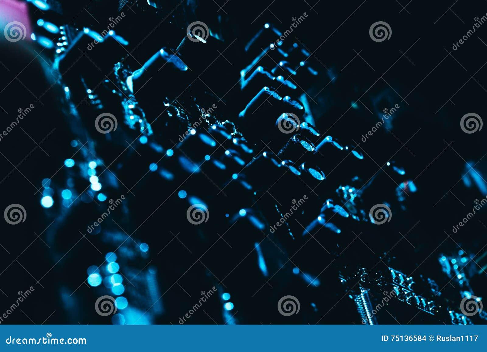 Placa madre del ordenador en primer oscuro azul del fondo