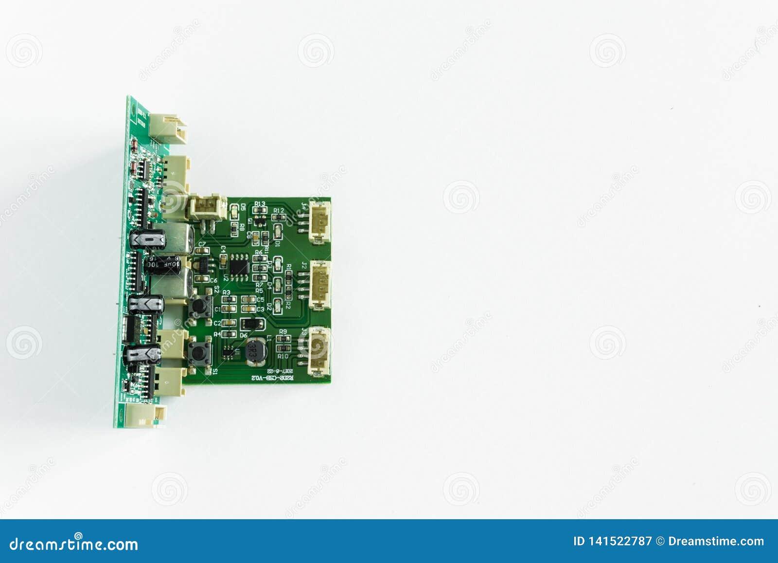 Placa madre verde con los transistores en un fondo blanco