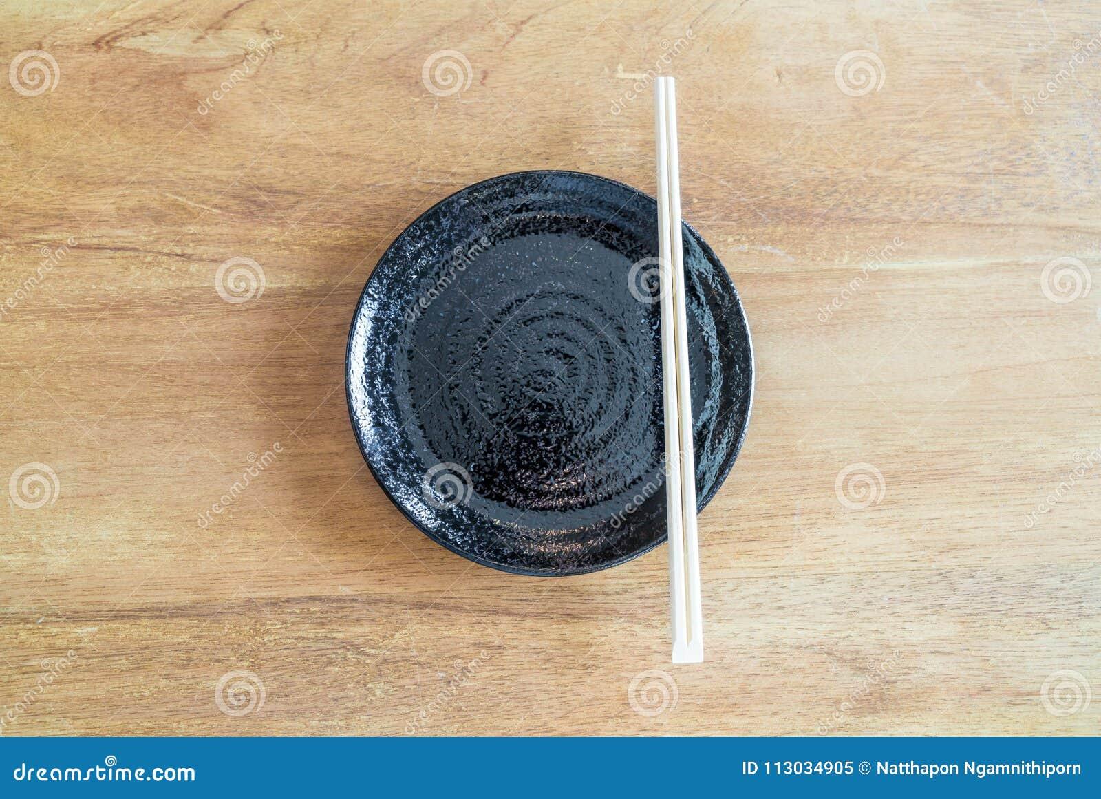 Placa negra vacía en la tabla