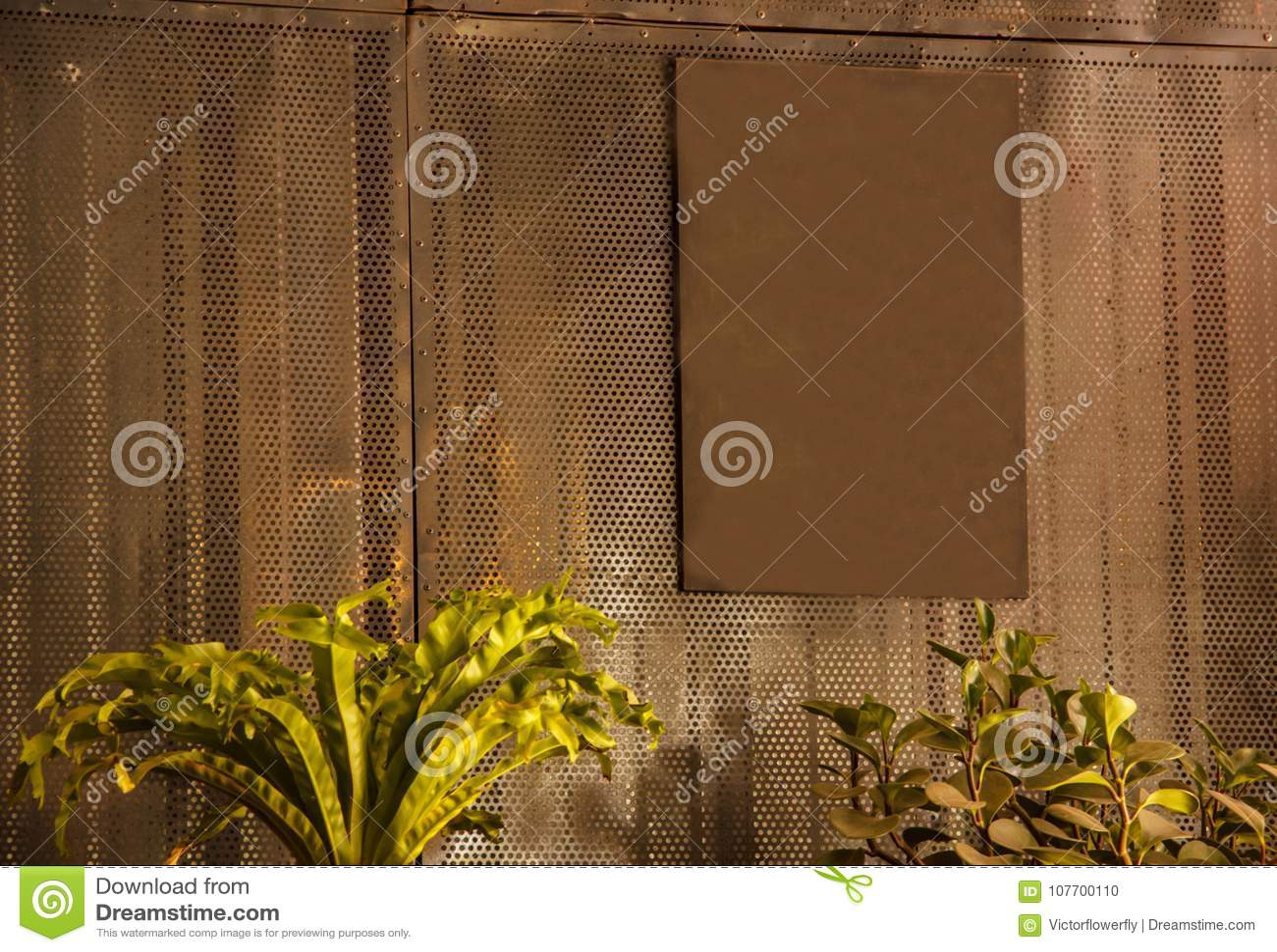 A placa oxidada vazia vazia do sinal do marrom do metal do vintage pronta para que o espaço da cópia escreva a mensagem, pôs a im