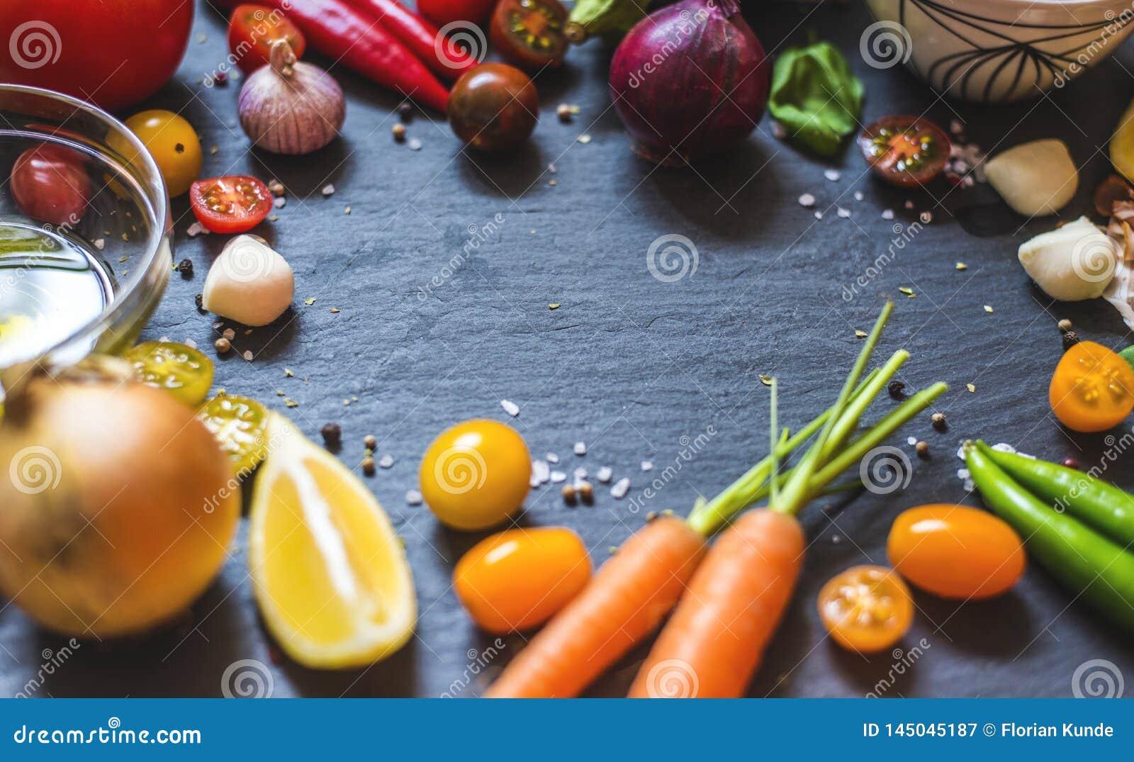 Placa por completo de las verduras para un banquete italiano