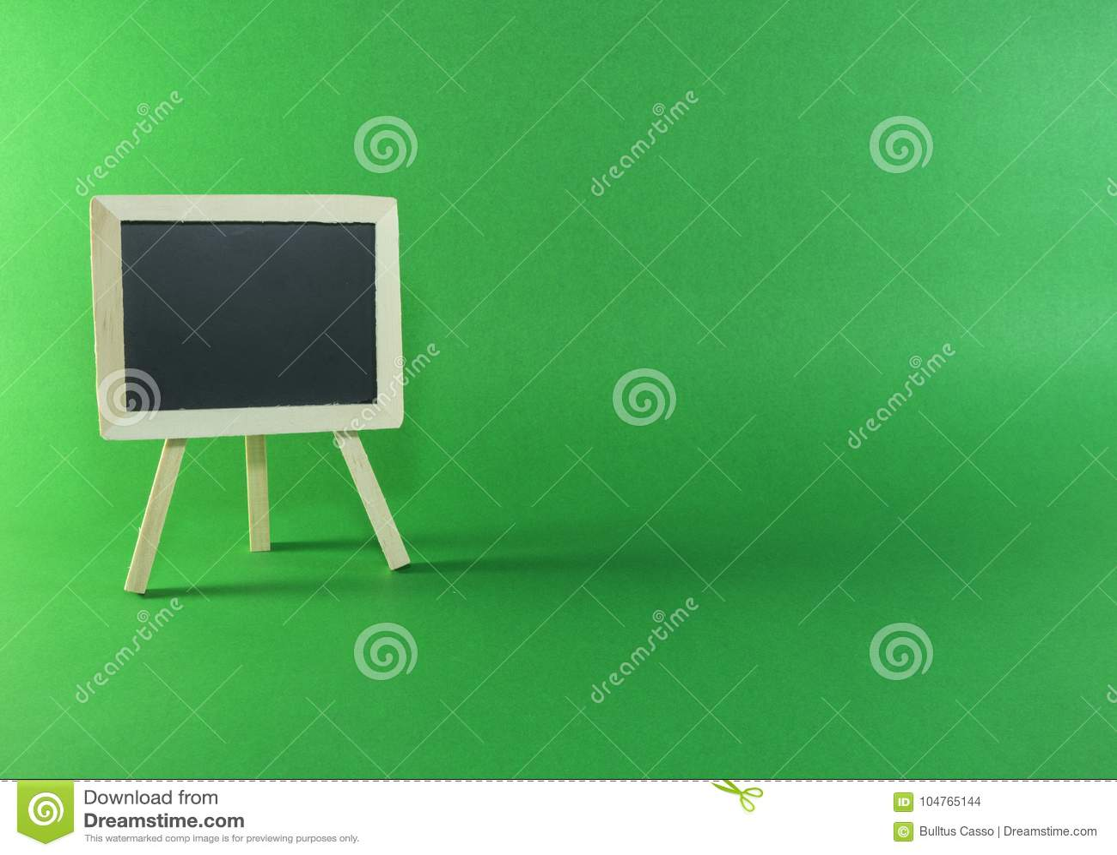 Placa preta com espaço da cópia no fundo verde