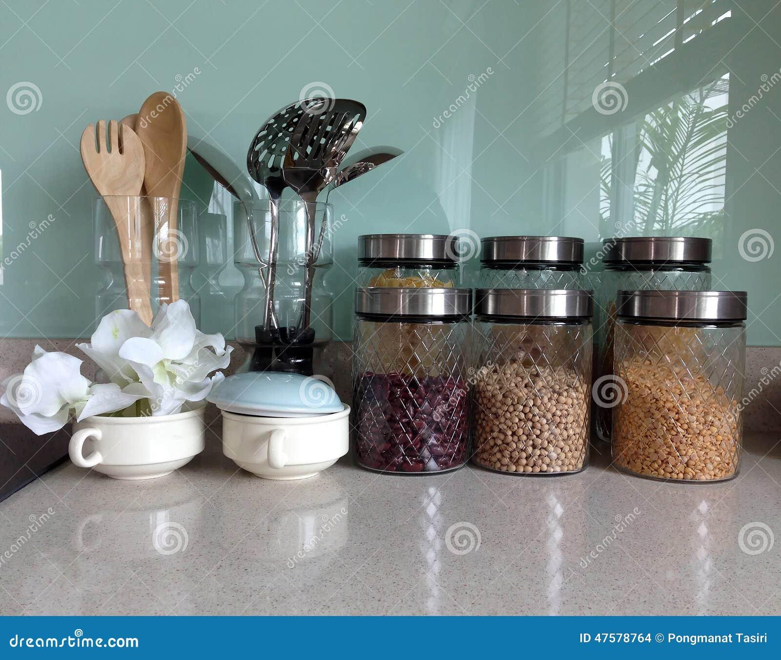 Placard Ouvert Avec La Vaisselle De Cuisine Photo Stock Image Du