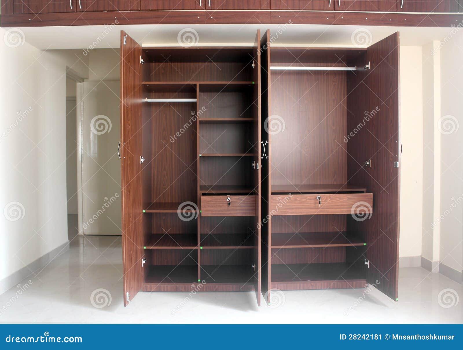Placard vide l gant et moderne dans une chambre d 39 une for Placard chambre a coucher moderne