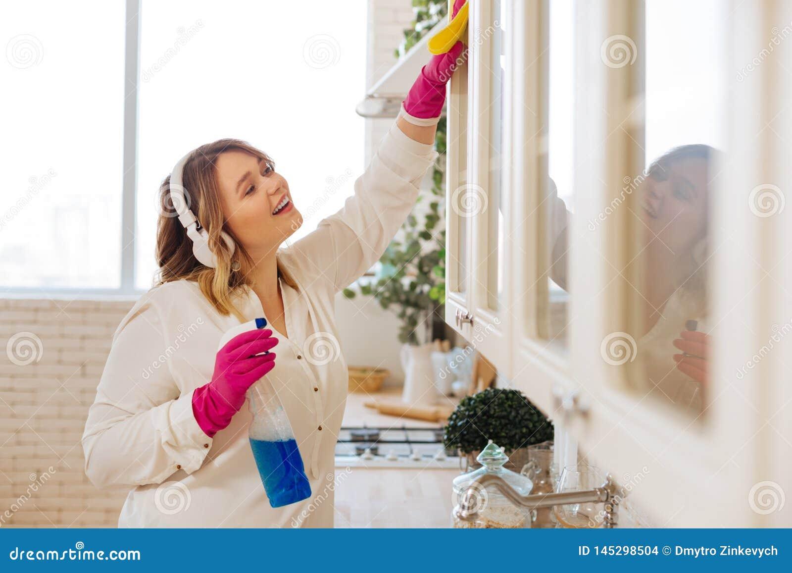 Nettoyer Les Placards De Cuisine placards de nettoyage de gentille femme positive dans la