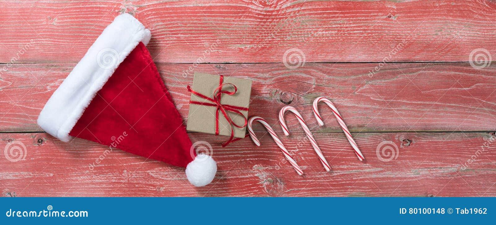 Placas de madeira vermelhas rústicas com presente e o outro decoratio do Natal