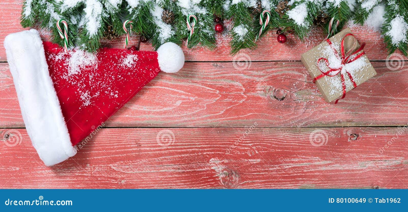 Placas de madeira vermelhas rústicas nevado com decorações do Natal
