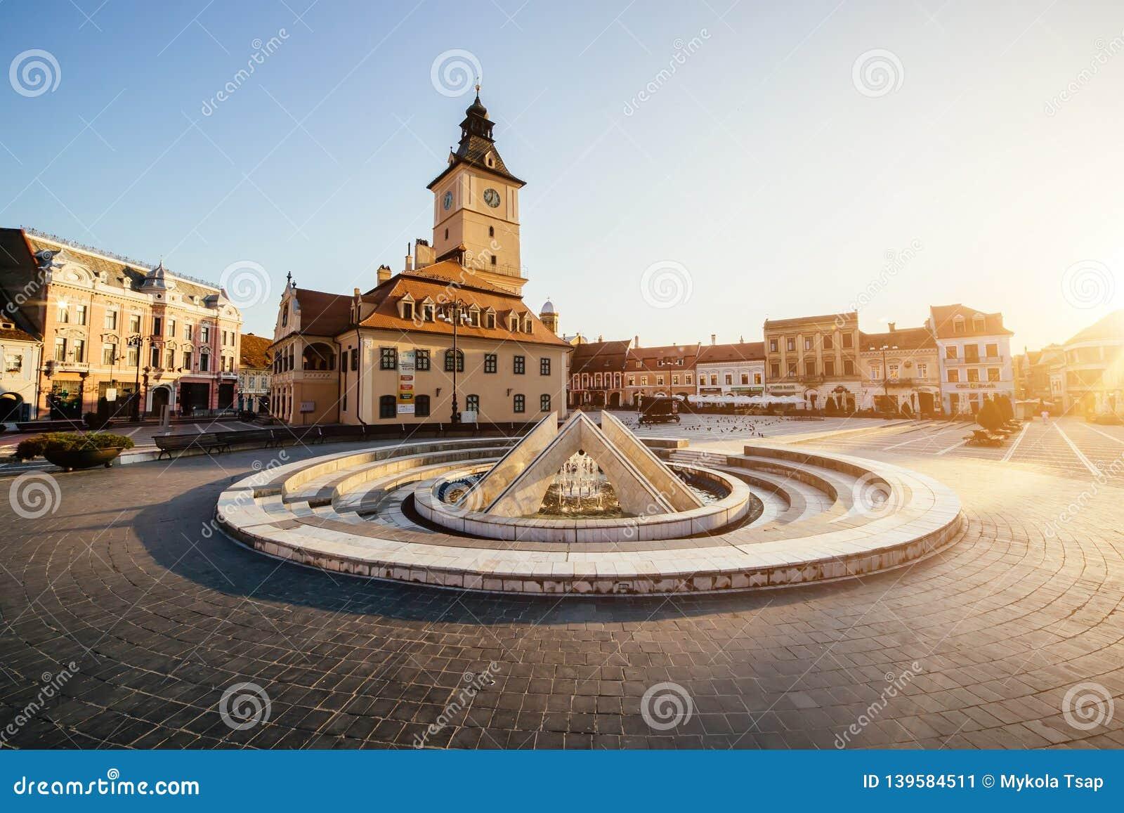 Place centrale de ville (Piata Sfatului) avec la tour de hall de conseil municipal, vue de lever de soleil de matin de fontaine,