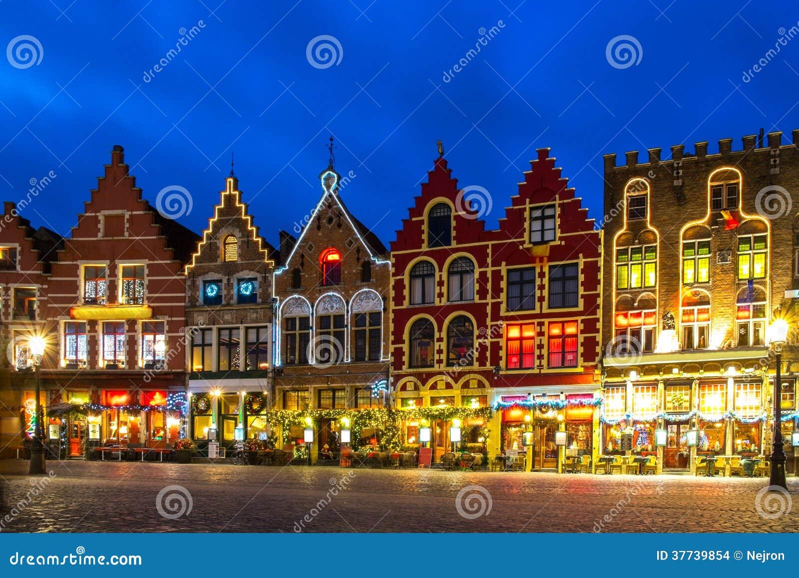 Place décorée et lumineuse du marché à Bruges, Belgique