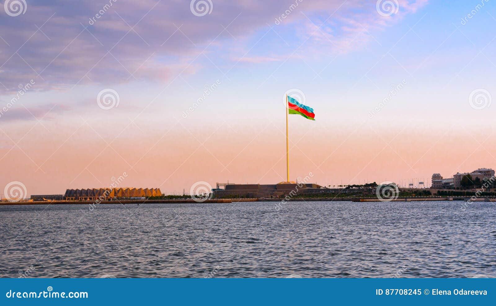 Place de drapeau national à Bakou sur le coucher du soleil