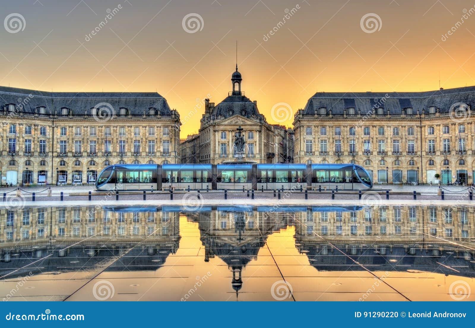 Place de la Bourse se reflétant du miroir de l eau en Bordeaux, France