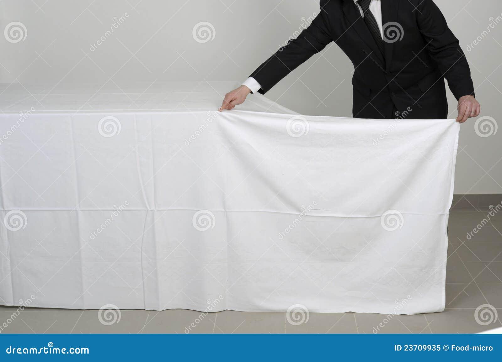 Placement d 39 une nappe sur une table de buffet photo libre for Une nappe de table