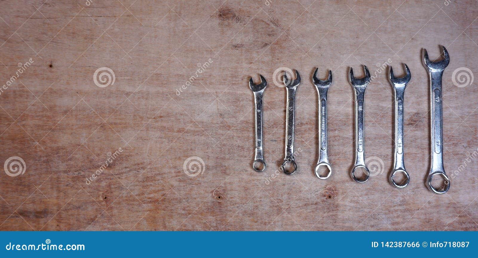 Placez de l ensemble de prise d isolement par outils mécaniques de variété sur un fond en bois avec l espace de copie pour votre