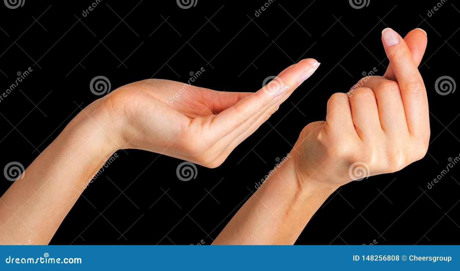 Placez de la main de femme tenant quelque chose avec deux doigts