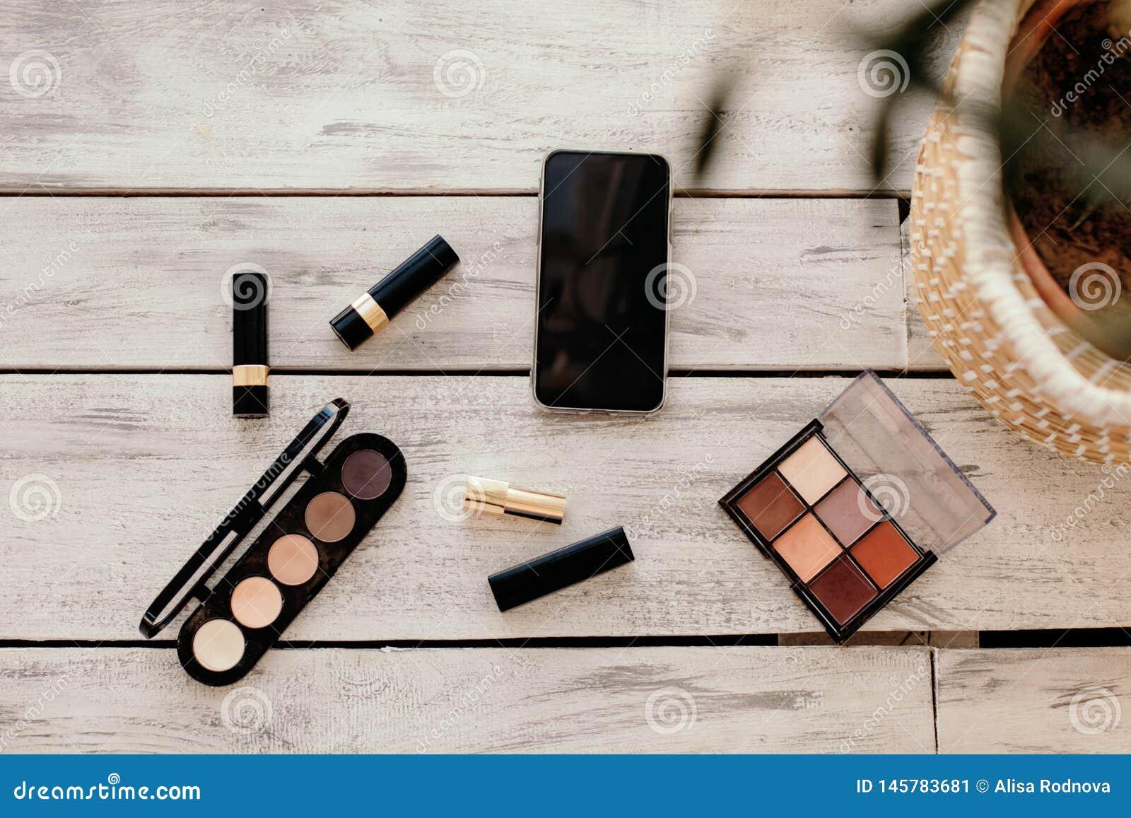 Placez des cosmétiques, des outils de maquillage et des accessoires