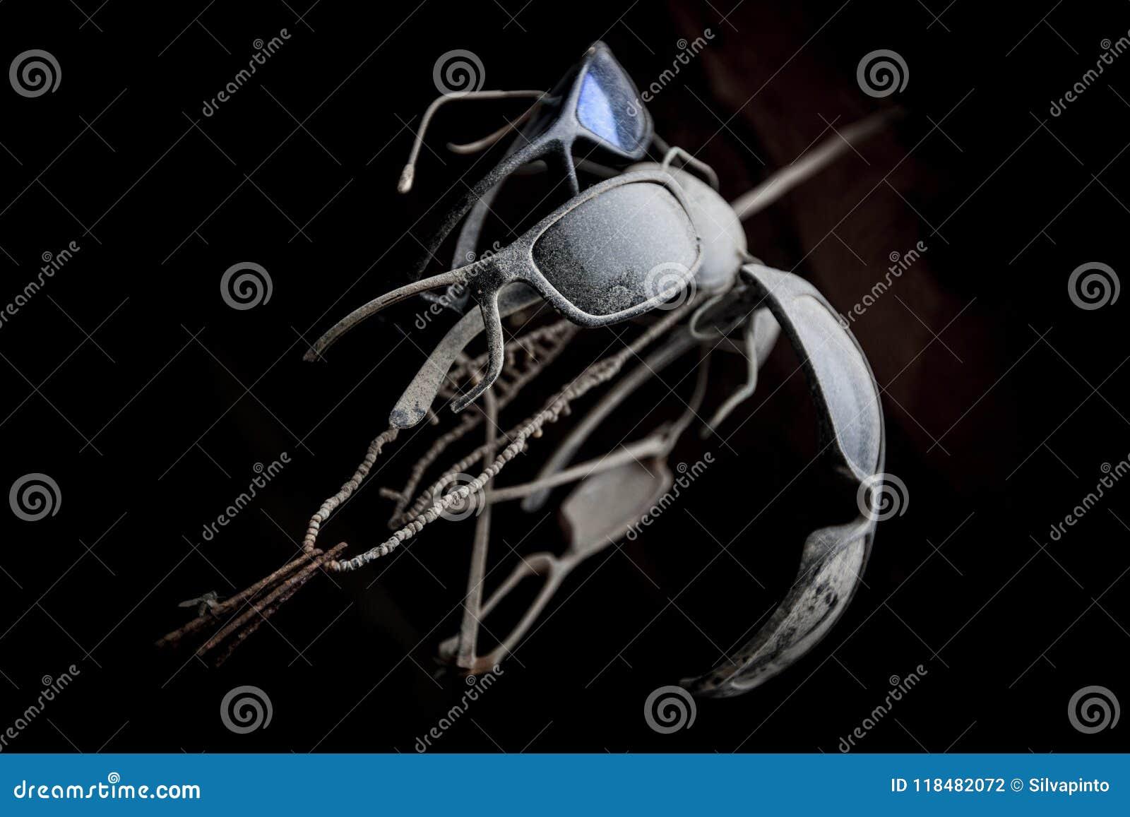 Placez des lunettes de soleil vieux et poussiéreux par une corde, vu de dessous