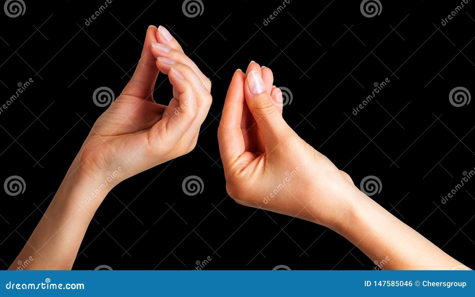 Placez des mains de femme tenant quelque chose avec deux doigts