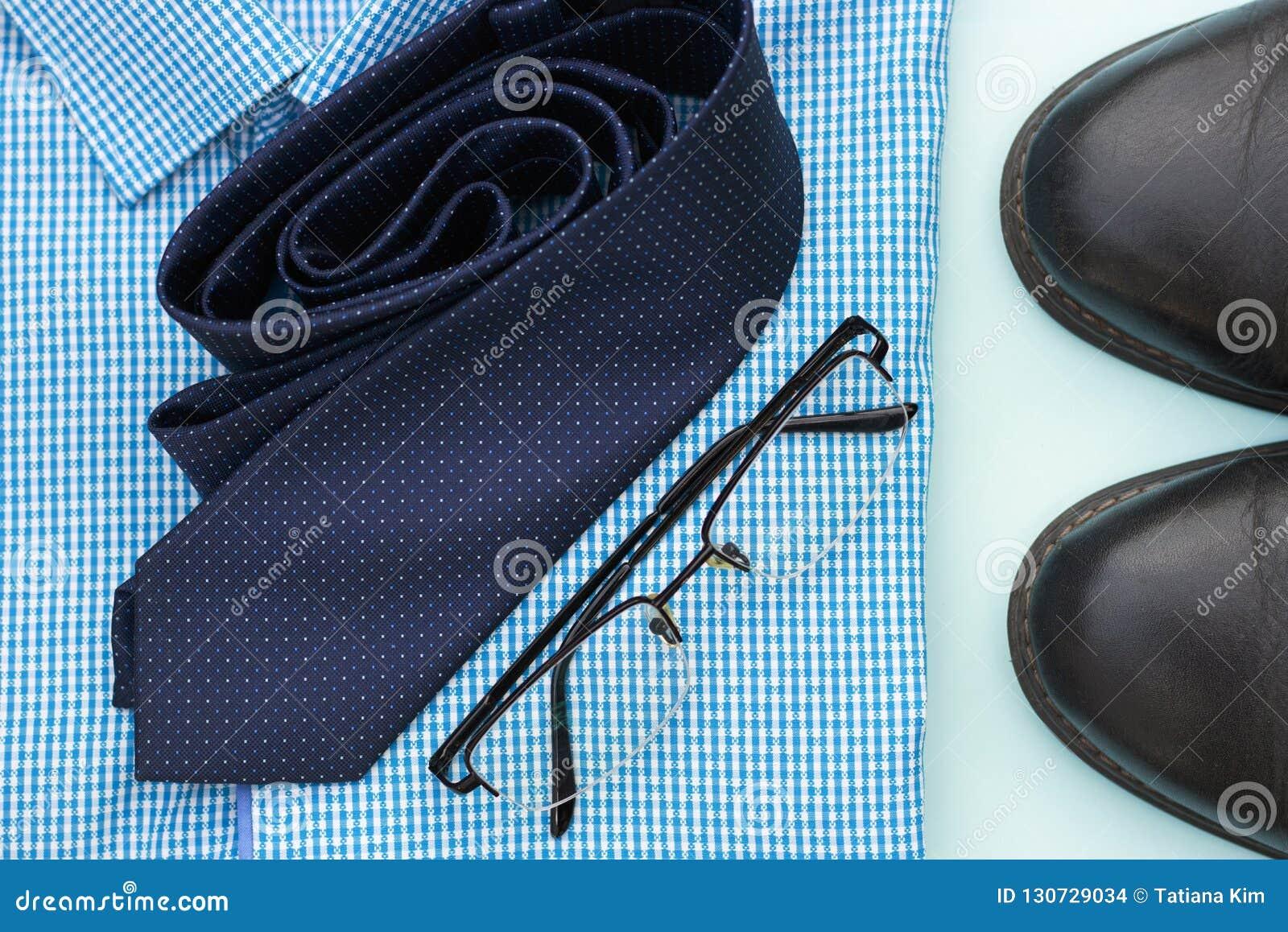 Placez des vêtements et des accessoires pour l homme sur le fond