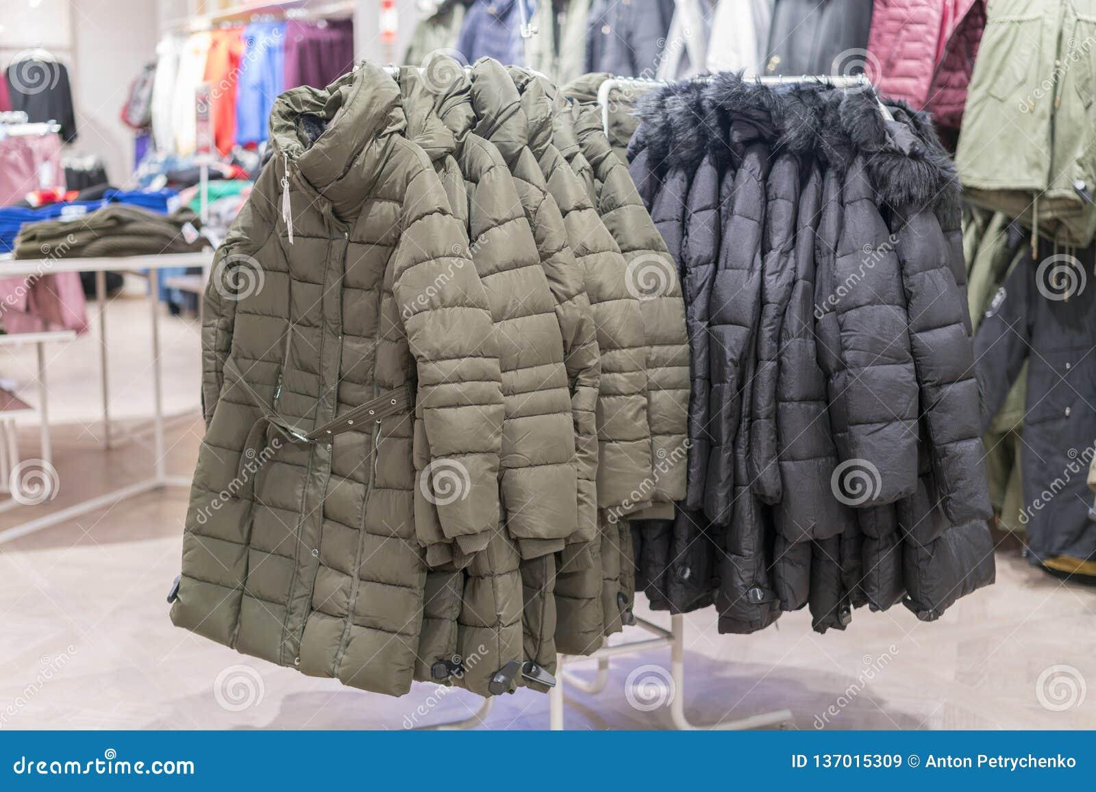 Placez Des Vêtements, Manteau Sur L'intérieur De Magasin D
