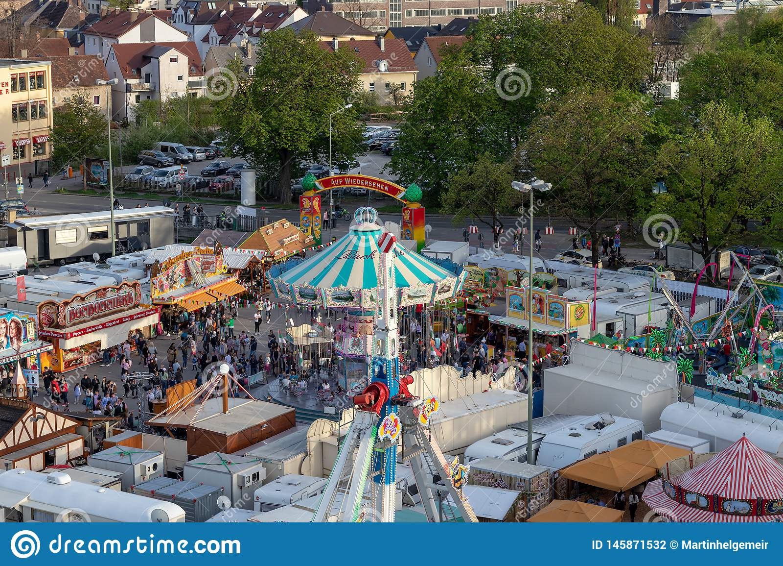 Plaerrer, Augsburski Niemcy, KWIECIEŃ 22, 2019: przegląda z ferris koła nad Augsburger Plaerrer Swabia duży funfair