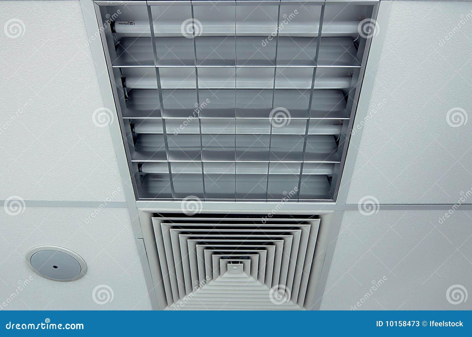 Plafond de bureau avec la lampe le ventilateur et le for Plafond de bureau