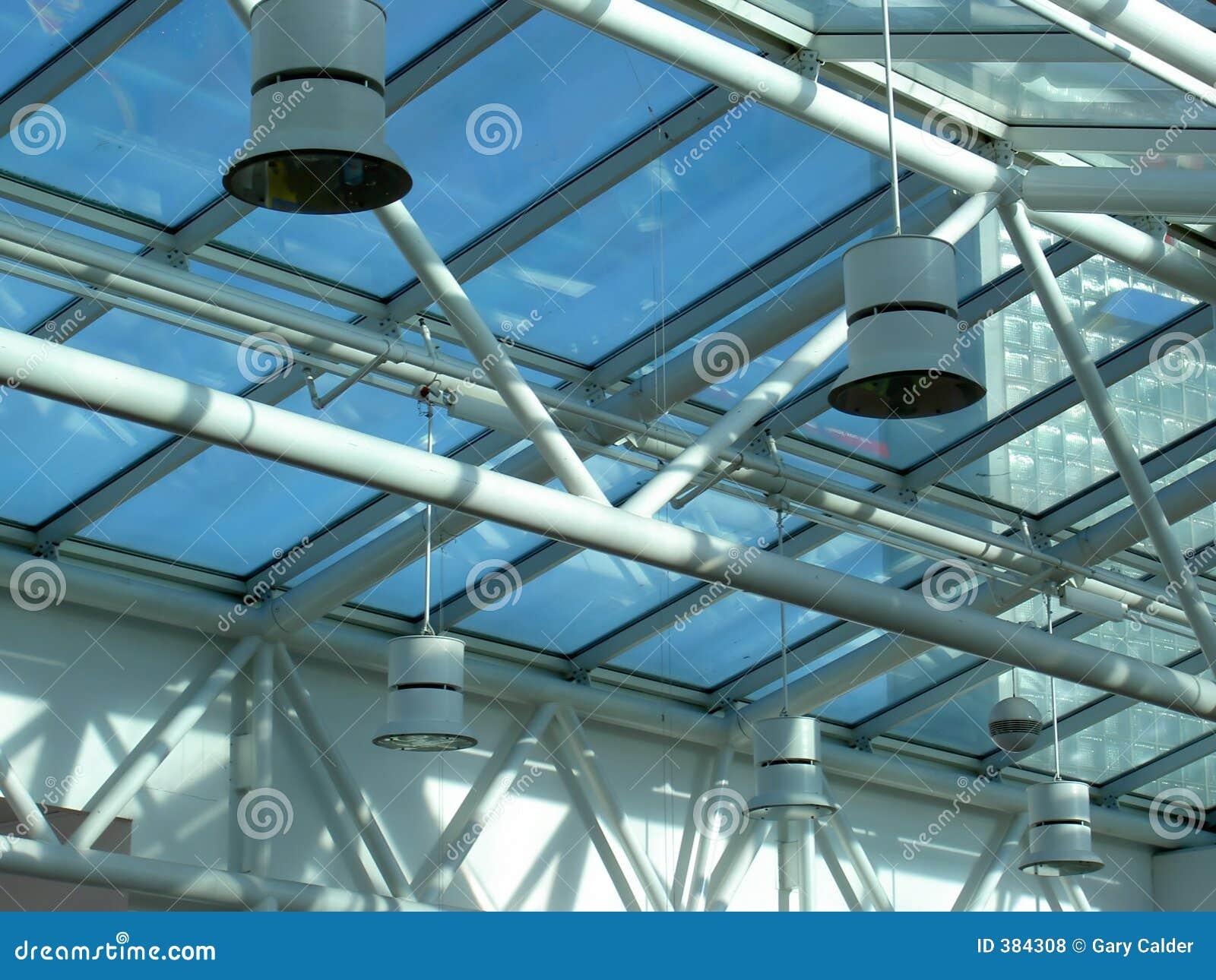 Plafond en verre et en acier avec des lumières