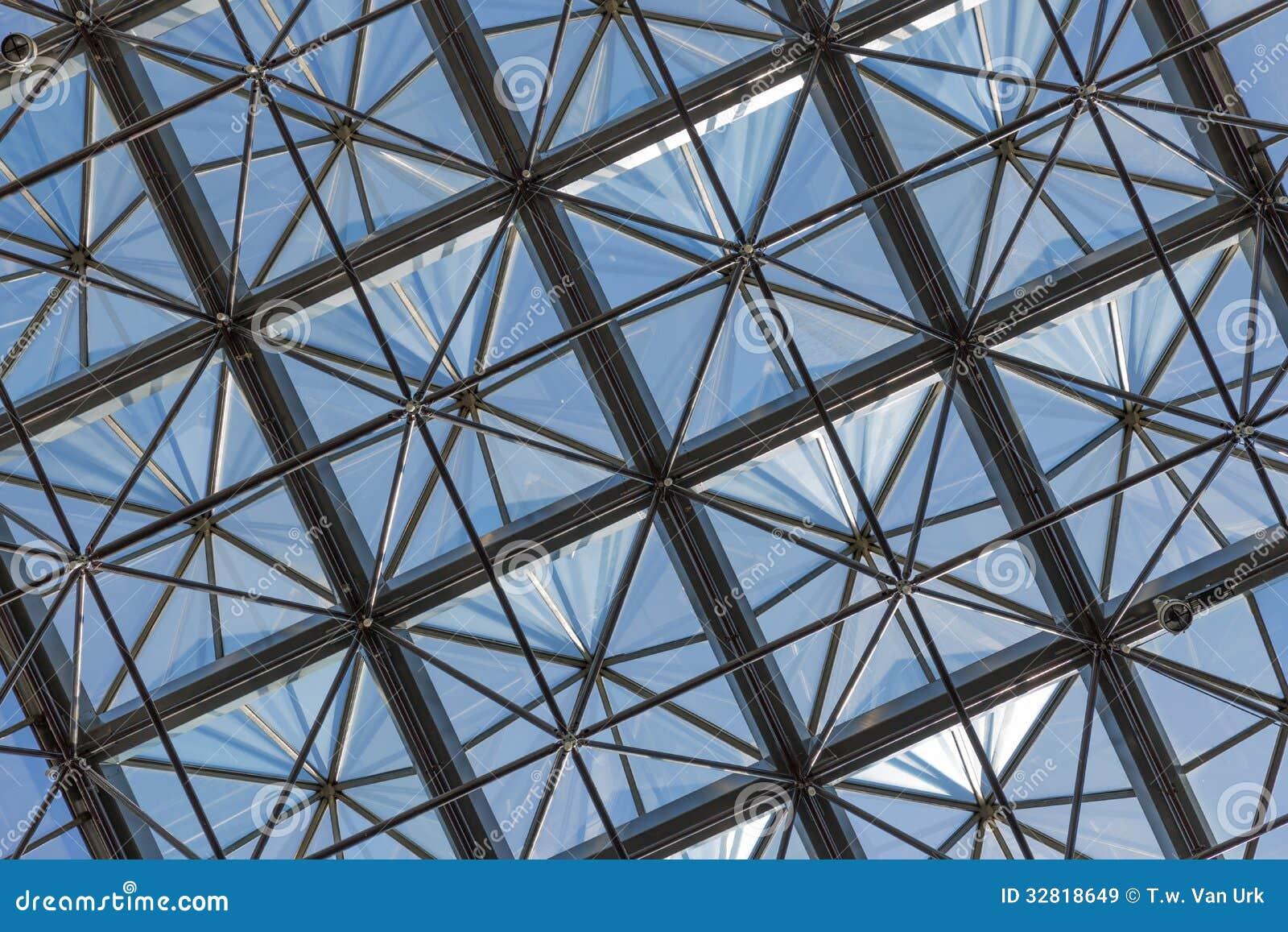 Plafond en verre transparent dans l 39 immeuble de bureaux for Immeuble bureau moderne
