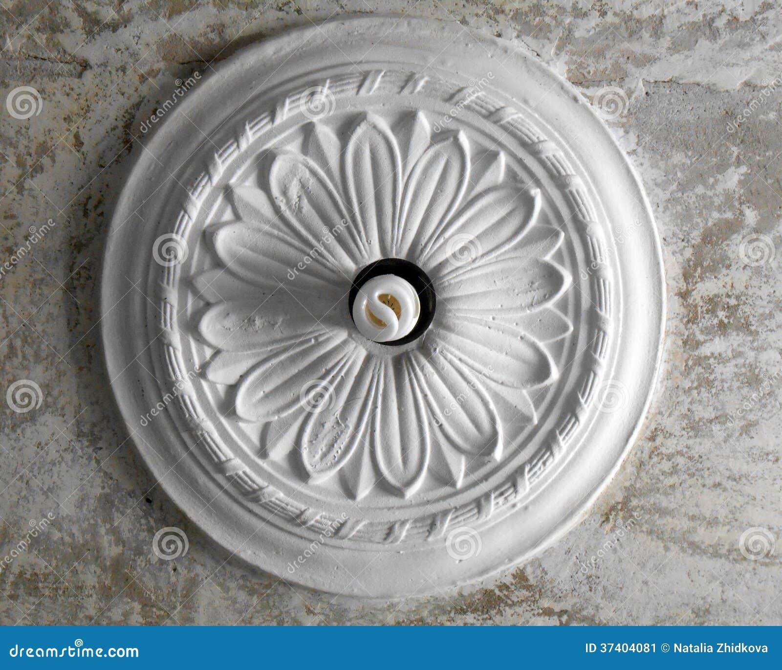 Le Plafond Stuc Sous Forme De Fleur Sur Le Fond A Dégagé Le Plafond Concret