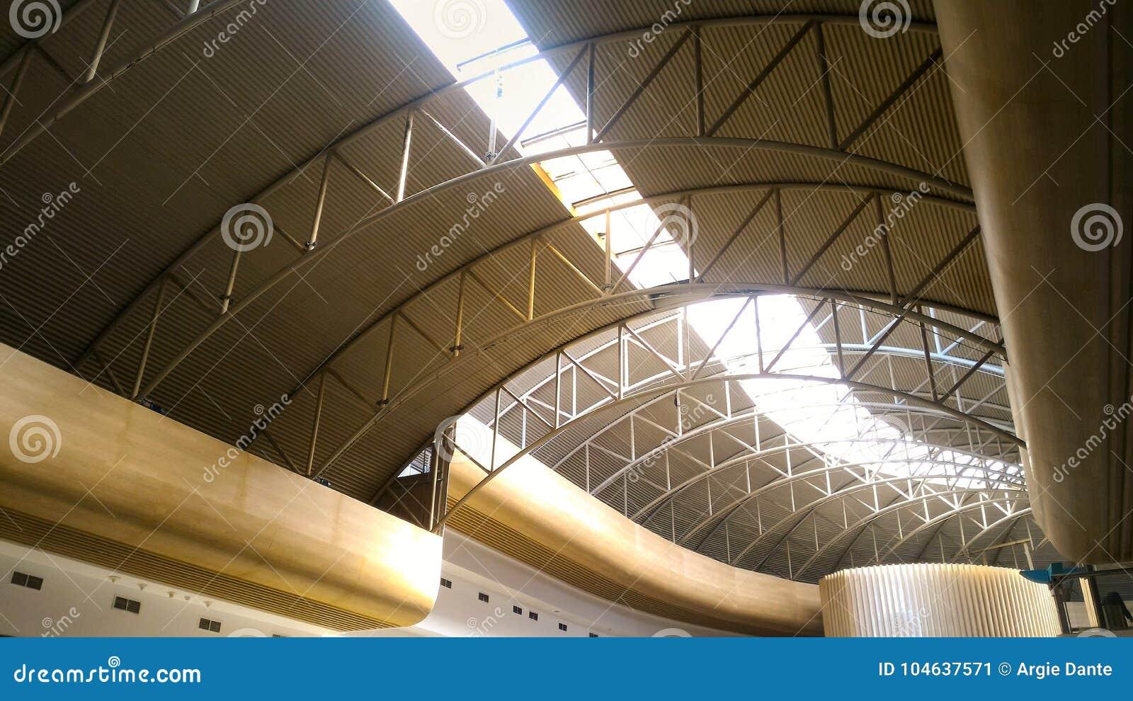 Download Plafondarchitectuur Met Zonlicht Die Overgaan Door Stock Afbeelding - Afbeelding bestaande uit zonlicht, kromme: 104637571