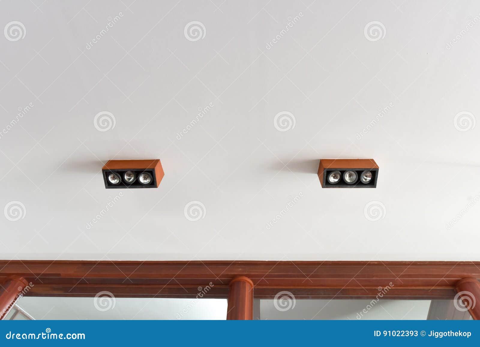 Plafoniere Con Legno : Plafoniera di legno immagine stock soffitto