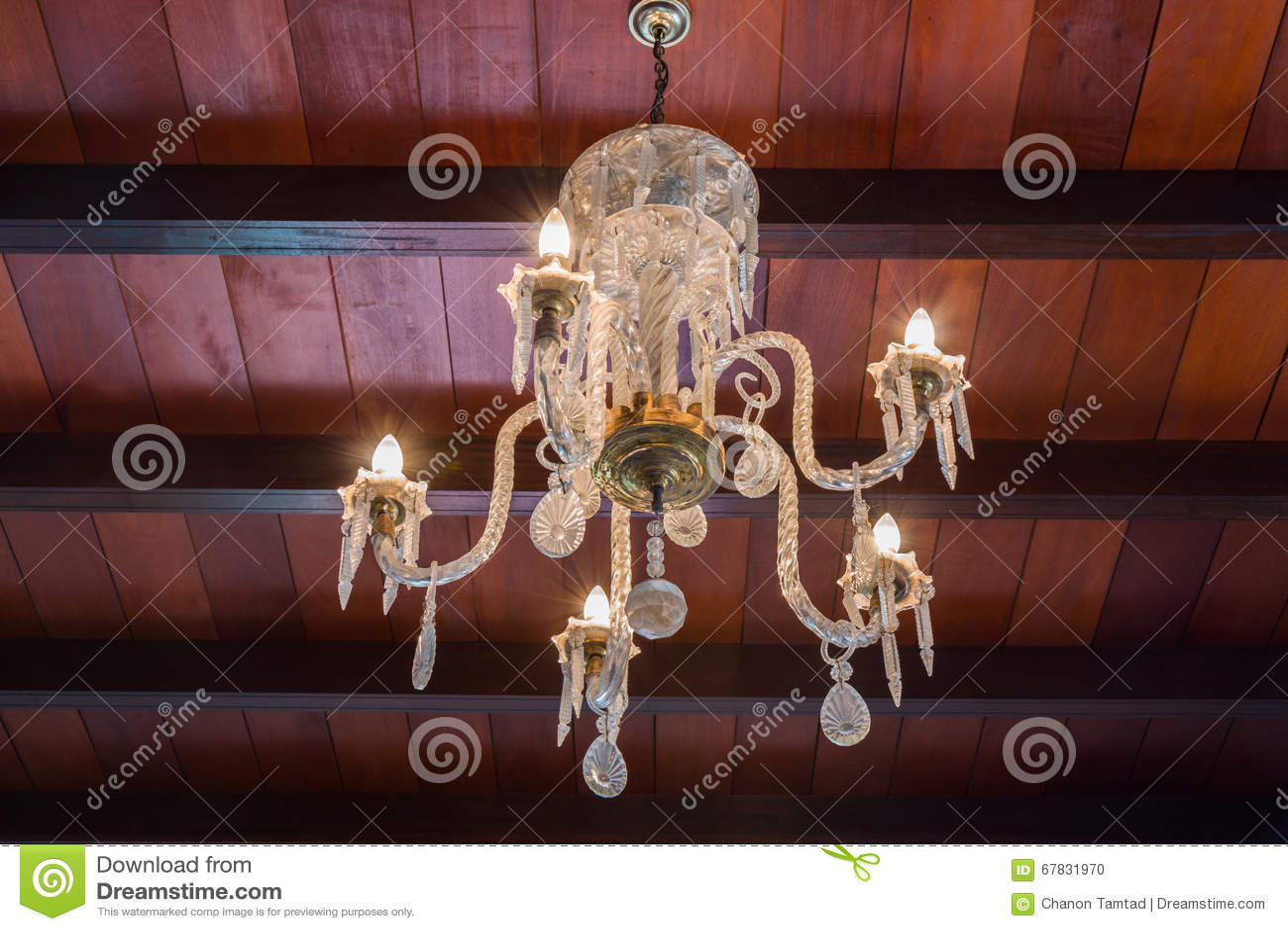 Plafoniere Con Vetro : Plafoniera di vetro dorato con le candele elettriche fotografia