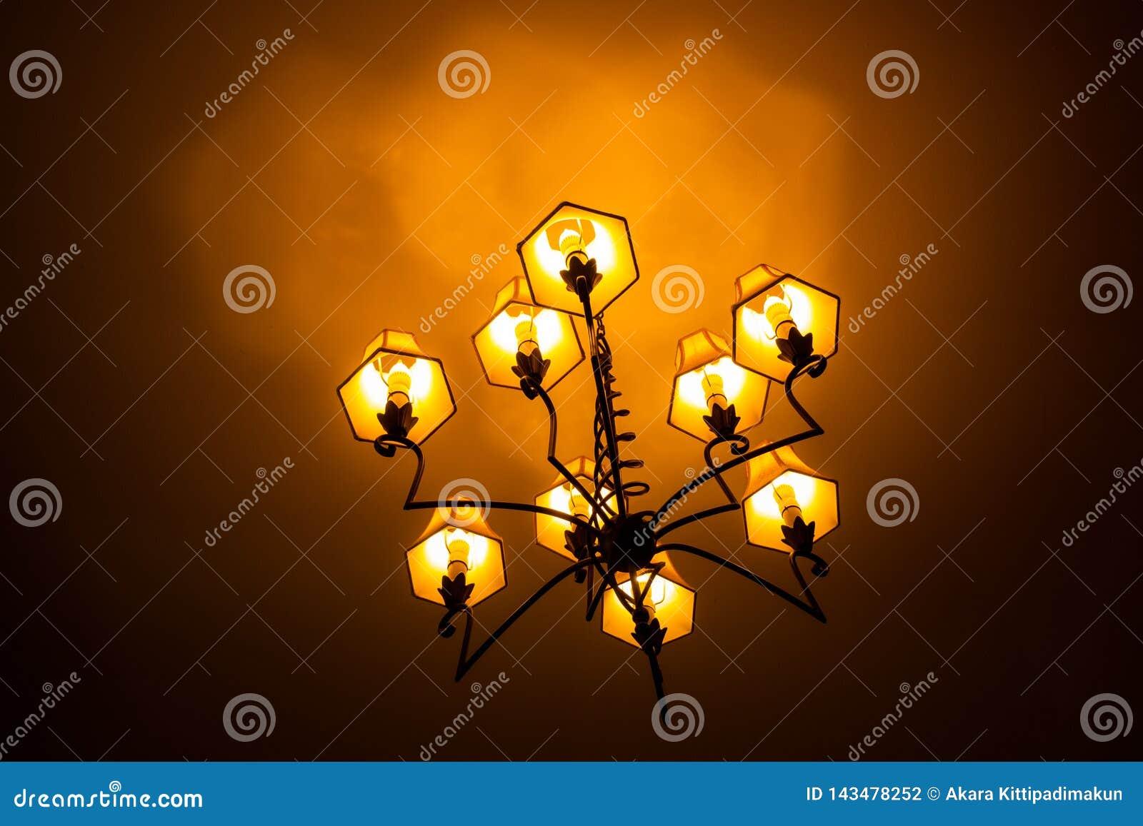 Plafoniera isolata circondata da oscurità