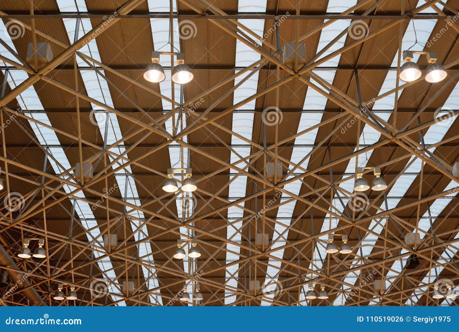 Plafoniere Industriali : Plafoniere industriali nel padiglione fotografia stock immagine