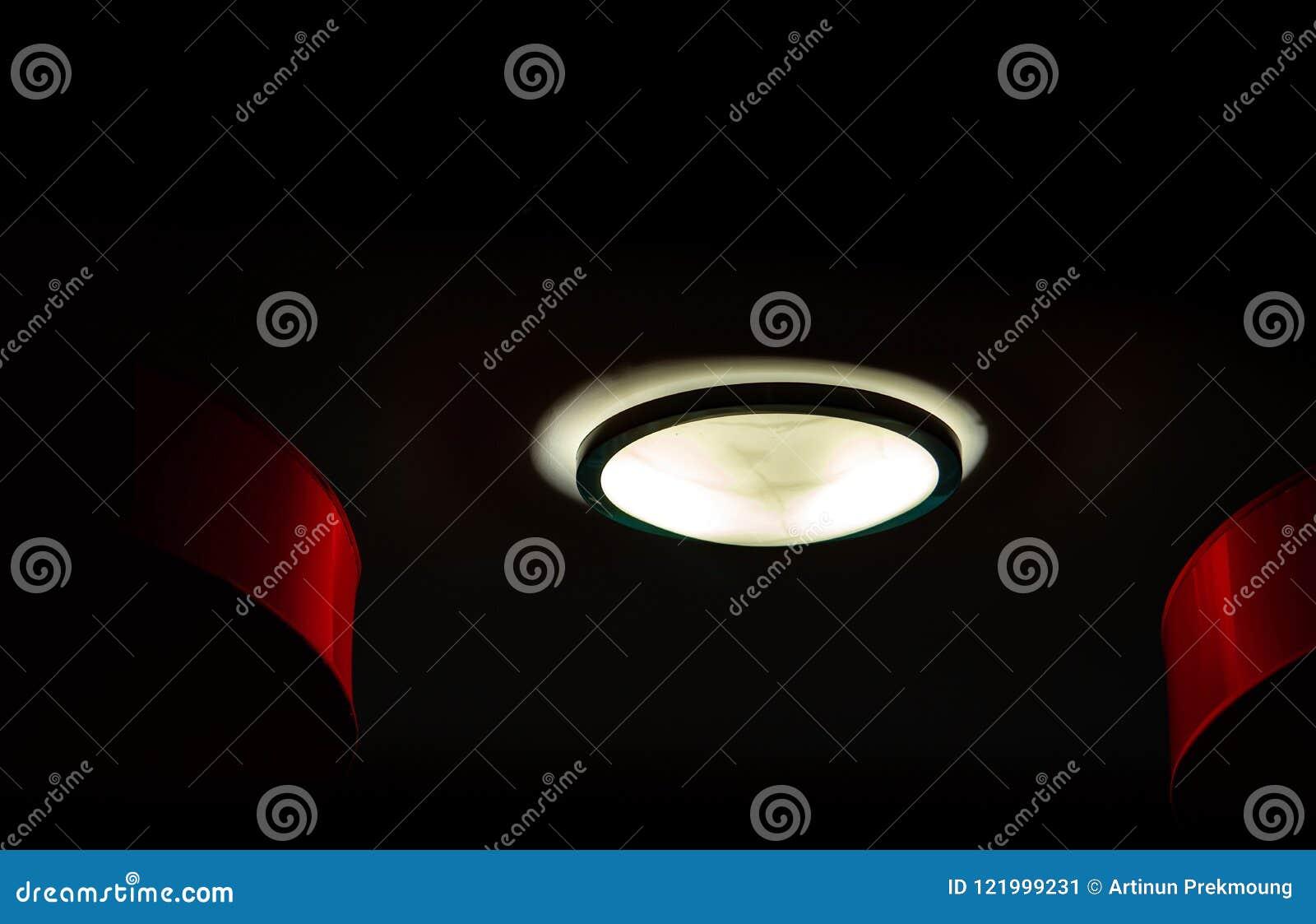Plafoniere Rosse : Plafoniere interne su fondo scuro alla notte concetto interno di