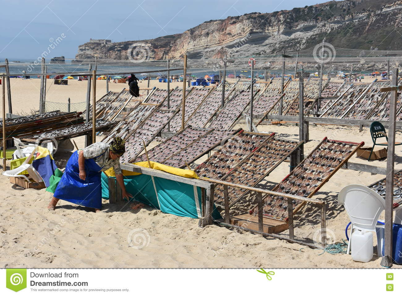 plage au village de p che de nazare au portugal photo stock ditorial image 76717663. Black Bedroom Furniture Sets. Home Design Ideas